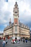 LILLE: Cámara de Comercio en Lille en un día de verano debajo del cielo de la nube imagen de archivo