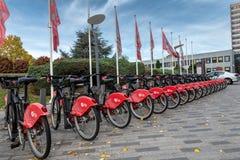 Lille, Frankrijk - Oktober 12, 2018: Zelfbedieningsfietsen, met het openbare vervoersnetwerk van Lille worden geïntegreerd dat stock afbeelding
