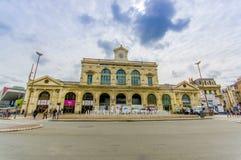 Lille Frankrike - Juni 3, 2015: Gare De Lille Flandres, huvudsaklig drevstation av staden, gammal härlig gul konkret byggnad royaltyfria bilder