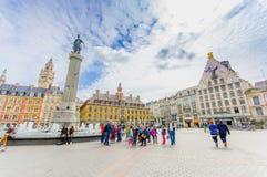 Lille Frankrike - Juni 3, 2015: Härligt ställe som är stort med dess charmiga byggnader och traditionella europeiska arkitektur Royaltyfria Bilder