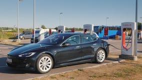 Lillehammer, Noruega, julio de 2018: La marca negra Tesla del coche se carga en la estación de carga rápida libre calificada metrajes