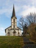 Lillesand, Noruega - 10 de noviembre de 2017: La iglesia en Lillesand Front View Cielo azul, nubes, hierba verde y escalera Fotos de archivo libres de regalías