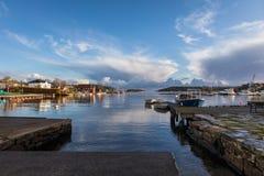 Lillesand, Norwegen - 10. November 2017: Ansicht des Hafenozeans und -himmels Gesehen von Lillesand-Stadt Stockfotografie