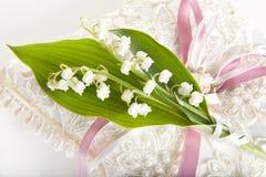 Lillies auf Hochzeitskissen Stockfoto
