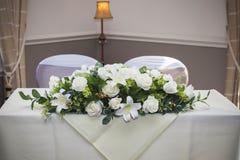 Lillies e rose del mazzo all'altare Fotografie Stock