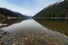 Lillooet See auf dem Fuß des Berges Stockfotos