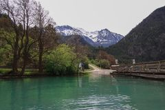 Lillooet sjö på foten av berget Arkivbild