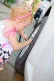 Lillte barn som leker i auto mekaniker Fotografering för Bildbyråer