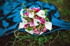 白色水芋属婚礼花束lilly开花和桃红色玫瑰 免版税库存照片