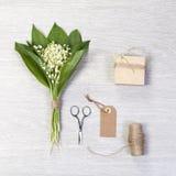 Lilly dolina liści i kwiatów bukiet z pudełkowatym prezentem Zdjęcia Royalty Free