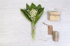 Lilly dolina liści i kwiatów bukiet z pudełkowatym prezentem Obraz Stock