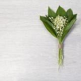 Lilly dolina liści i kwiatów bukiet na drewnianym tle Fotografia Royalty Free
