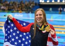Lilly King av Förenta staterna firar vinnande guld i kvinnornas finalen för den 100m bröstsimen av Rio de Janeiro 2016 OS Royaltyfria Bilder