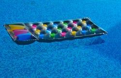 Lilo de invitación en la piscina Foto de archivo libre de regalías