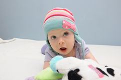 Lilor behandla som ett barn flickaleksaken royaltyfria bilder