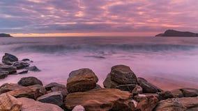 Lilor och rosa avbrott av Dawn Seascape royaltyfri bild
