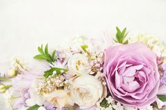 Lilor steg på kort för för bakgrund för vita blommande blommor festligt blom-, pastellfärgad och mjuk bukett arkivfoton