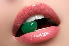 Lilps parfait Fin sexy de bouche de fille  Sourire de jeune femme de beauté Pleine lèvre dodue naturelle Augmentation de lèvres F Photographie stock