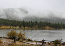Lily湖第一个雪秋天 免版税图库摄影