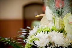 Lily Flower Bouquet na tabela imagens de stock
