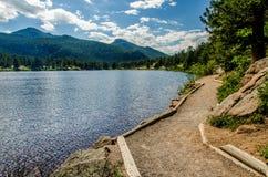 Lily Lake Rocky Mountain National parkerar den Colorado slingan Arkivbilder