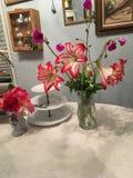 Lily& rosso x27; pezzo di centro tavola di s Fotografie Stock Libere da Diritti