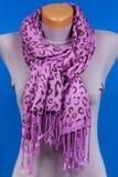 Lily szalik na mannequin odizolowywającym na błękitnym tle Zdjęcie Stock