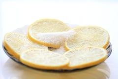 Limão apetitoso com fatias e açúcar, uma colher de chá Fotografia de Stock Royalty Free