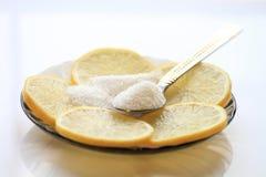 Limão apetitoso com fatias e açúcar, uma colher de chá Imagens de Stock