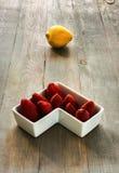 Limão com morangos Foto de Stock Royalty Free