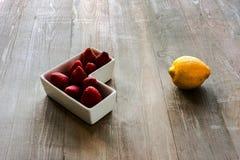 Limão com morangos Foto de Stock