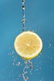 Limão e água Fotos de Stock