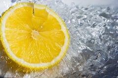 Limão e água imagens de stock royalty free