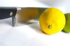 Limão e cal com faca Fotos de Stock Royalty Free