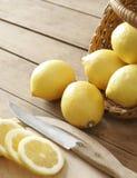 Limão e cesta Imagens de Stock