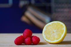 Limão e framboesas frescos do corte foto de stock