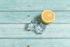 Limão e fundo de madeira ciano foto de stock