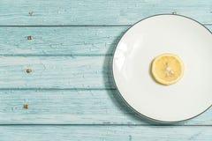 Limão e fundo de madeira ciano imagem de stock royalty free