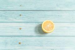 Limão e fundo de madeira ciano fotos de stock royalty free