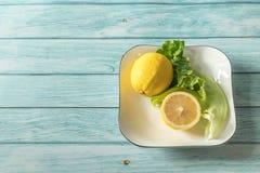 Limão e fundo de madeira ciano fotografia de stock royalty free