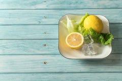 Limão e fundo de madeira ciano foto de stock royalty free