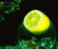 limão e gelo amarelos grandes dentro do glassball com w Imagem de Stock Royalty Free