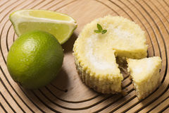 Limão e hortelã verdes no fundo de madeira imagem de stock