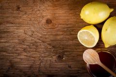 Limão e mel em uma tabela de madeira Fotografia de Stock Royalty Free