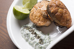 Limão e salada salmon grelhados Foto de Stock