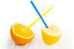 Limão e sumo de laranja naturais frescos com gelo Foto de Stock Royalty Free