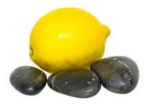 Limão e Zen Stones II Fotos de Stock Royalty Free
