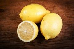 Limão em uma tabela de madeira Fotografia de Stock