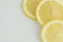 Limão fresco isolado no fundo branco imagens de stock