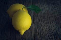 Limão fresco na madeira velha imagens de stock royalty free